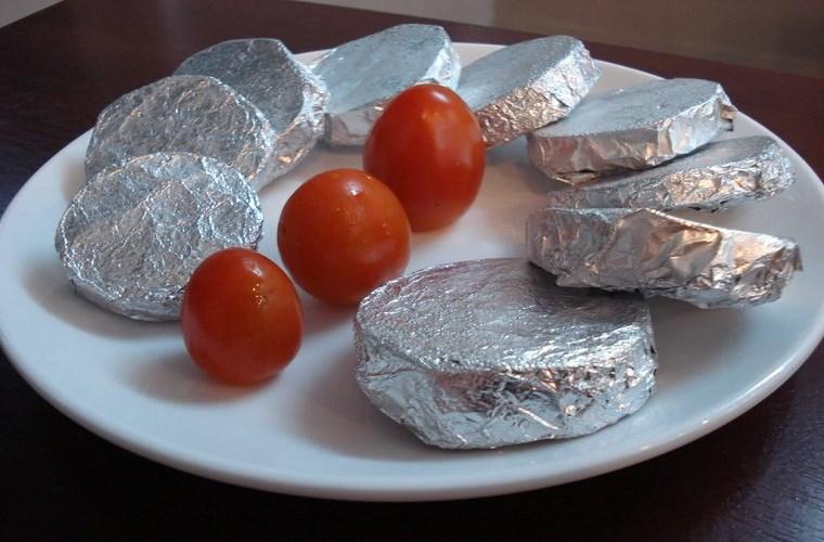 sử dụng giấy bạc bọc thức ăn